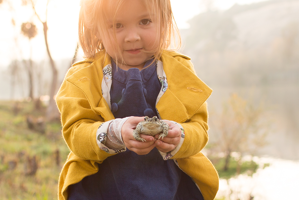child-frog-photo-session